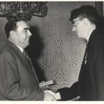 Награждение в июне 1961 года орденС.С. Лавров и Л.И. Брежнев. Награждение в июне 1961 года орденом Ленинаом Ленина