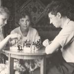 Отец со старшими дочерьми Ольгой (слева) и Ириной. В середине 1962 год